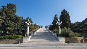 Parco della regione montana della città di Bacu, alte scale di marmo Fotografia Stock
