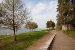 Parco della riva del fiume di Almada nel Portogallo Fotografie Stock