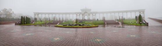 Parco di Almaty nella nebbia Fotografia Stock