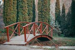 Parco di autunno con il ponte Fotografie Stock