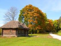 Parco di autunno con una vecchia casa di legno a Yasnaya Polyana immagine stock libera da diritti