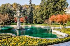 Parco di autunno a Costantinopoli Fontana nel parco di Costantinopoli Fotografia Stock Libera da Diritti
