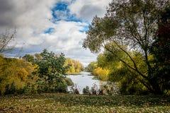 Parco di autunno Fiume ed alberi nella caduta in un buon day_ Fotografie Stock