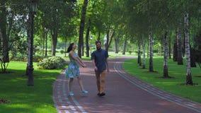 Parco di camminata di estate delle giovani coppie con le betulle stock footage