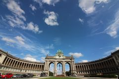Parco di Cinquantenaire - Parc du Cinquantenaire - parco del cinquantesimo anniversario - arco trionfale fotografia stock libera da diritti