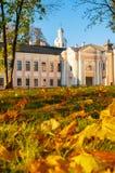 Parco di Cremlino di Veliky Novgorod con la torre di orologio della st Sophia Cathedral e foglie di autunno cadute in Veliky Novg Immagine Stock Libera da Diritti