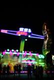 PARCO DI DIVERTIMENTI alla notte nel bokeh Fotografia Stock