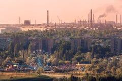 Parco di divertimenti con l'acciaieria e del ruota panoramica fotografie stock
