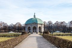 Parco di Hofgarten con Dianatempel a Monaco di Baviera, Germania immagini stock libere da diritti