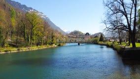 Parco di Interlaken con il fiume ed il ponte Immagini Stock