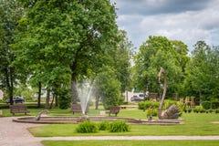 Parco di Jaunatnes con le sculture del cigno in Gulbene, Lettonia fotografia stock