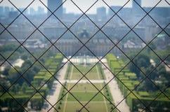 Parco di Parigi osservato dal livello qui sopra con la recinzione d'acciaio Fotografia Stock