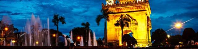 Parco di Patuxay alla notte con il portone illuminato della vittoria - punto di riferimento famoso a Vientiane, Laos al tramonto fotografie stock