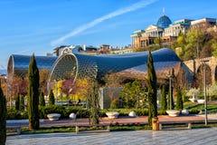 Parco di Rhike a Tbilisi, Georgia, con il palazzo di presidente e di Rike Concert Hall immagine stock libera da diritti