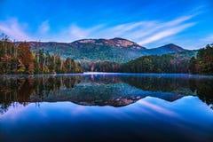Parco di stato della roccia della Tabella e lago pinnacle ad alba vicino a Greenvil fotografia stock libera da diritti