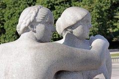 Parco di Vigeland, Oslo, Norvegia, due donne che guardano al lato Fotografia Stock Libera da Diritti