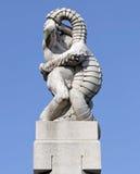 Parco di Vigeland, Oslo, Norvegia, un uomo che lotta con una lucertola Immagini Stock