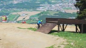 Parco in discesa e che attraversa il paese del mountain bike di Pohorje della bici stock footage