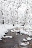 Parco e banchi innevati di inverno Parco e pilastro per alimentarsi Fotografia Stock Libera da Diritti