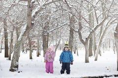 Parco e banchi innevati di inverno Parco e pilastro per alimentarsi Fotografia Stock