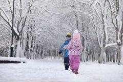 Parco e banchi innevati di inverno Parco e pilastro per alimentarsi Fotografie Stock