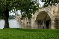 Parco e ponte della riva del fiume sopra il fiume Immagine Stock Libera da Diritti