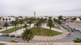 Parco e strada vicino al viale Trimeche in Monastir, Tunisia, vista aerea archivi video