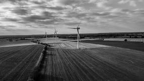 Parco eolico ad alto contrasto in bianco e nero fotografie stock
