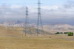 Parco eolico in collina dorata di Livermore in California immagini stock