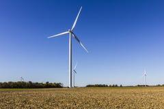 Parco eolico in Indiana centrale Il vento e le aree verdi solari di energia stanno diventando molto popolari nelle comuni agricol Fotografia Stock Libera da Diritti