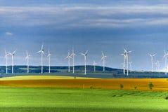 Parco eolico in prato verde Immagine Stock Libera da Diritti