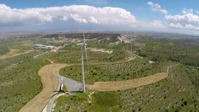 Parco eolico stupefacente che genera energia sul bello campo verde, tecnologia futura video d archivio