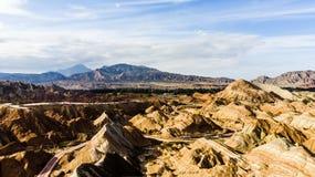 Parco geologico delle montagne dell'arcobaleno Bus turistici su una strada in una valle su Sunny Day immagini stock libere da diritti