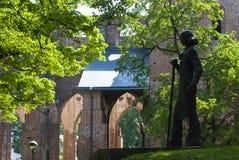 Parco intorno alle rovine della cattedrale della cupola di Tartu fotografie stock