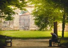 Parco invecchiato di solitudine dell'uomo da solo Immagine Stock Libera da Diritti
