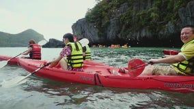 Parco marino di Angtong thailand 14 febbraio 2016 Turisti in giubbotti di salvataggio, approcci una scogliera nel mare nell'usura stock footage