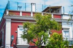Parco moderno della città con la costruzione rossa superiore del tetto immagini stock