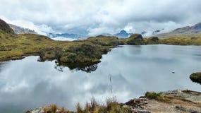 Parco nazionale di Cajas, lago Toreadora nel giorno nuvoloso fotografia stock