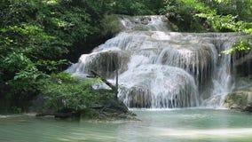 Parco nazionale di Erawan e cascata di Erawan nella provincia di Kanchanaburi, Tailandia occidentale archivi video