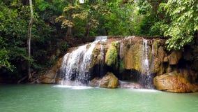 Parco nazionale di Erawan o cascata di Erawan alla provincia di Kanchanaburi in Tailandia 4K ultra HD archivi video
