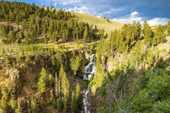 Parco nazionale di Waterfallin Yellowstone nel Montana con le nuvole di tempesta fotografia stock