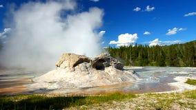 Parco nazionale di Yellowstone del geyser della grotta stock footage