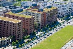 Parco pubblico con la gente e le costruzioni corporative da sopra - la CIT Fotografia Stock