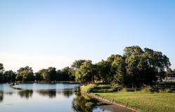 Parco pubblico e piccolo fiume Immagini Stock