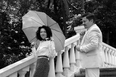Parco reale di estate dell'ombrello della famiglia di amore di emozioni felici anziane di mezza età delle coppie fotografie stock