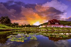 Parco reale di Ratchaphruek e tramonto Chiang Mai, Tailandia fotografia stock libera da diritti