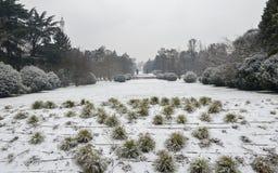 Parco Sempione在米兰,伦巴第,意大利在雪盖了 Arco德拉步幅,被翻译为和平曲拱,在 免版税库存图片