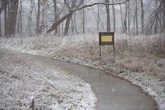Parco sotto una prima neve Immagini Stock