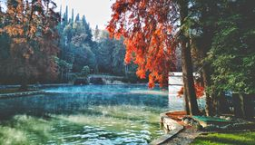 Parco termico del lago garda dello stagno di autunno della sorgente di acqua calda immagine stock