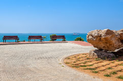 Parco urbano con la vista del mare a Ashdod, Israele. fotografia stock libera da diritti